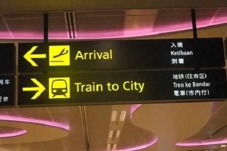 Tàu điện ngầm MRT ngay dưới tầng hầm sân bay ở Singapore