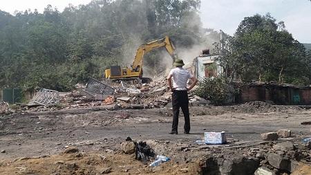 """Ngôi nhà kiên cố của gia đình anh Quang giờ chỉ còn là đống đổ nát trước quá trình """"bảo vệ mặt bằng"""" của UBND phường Hà Phong"""