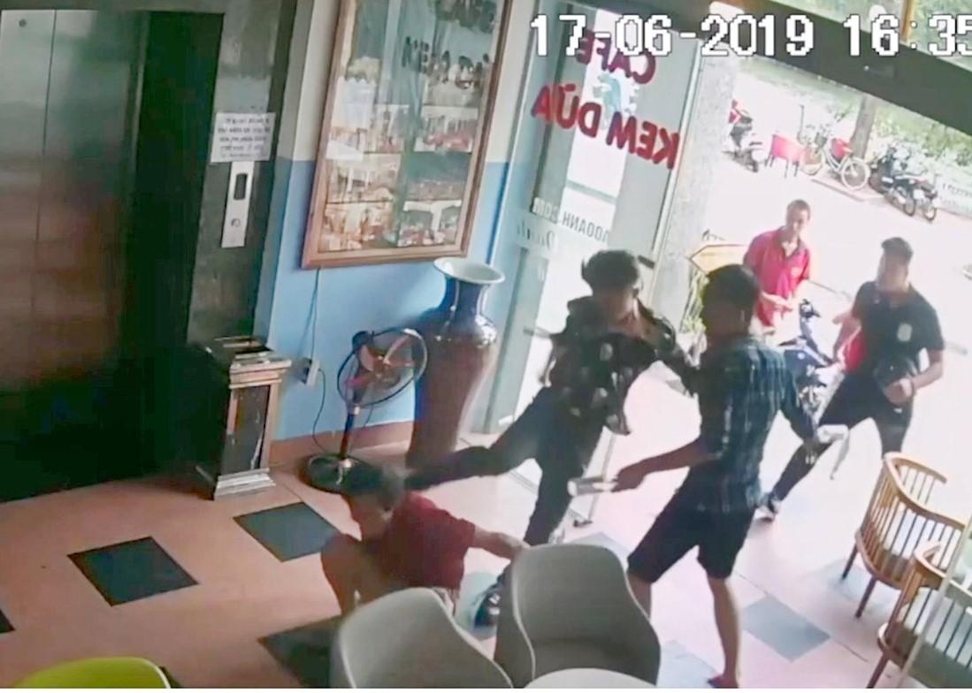 Quán Bảo Oanh (số 7 đường Thanh Niên, Hà Nội) bị khủng bố