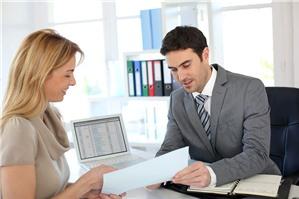 Ai là người có thẩm quyền ký kết hợp đồng lao động?