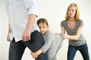 Chồng có quyền yêu cầu Tòa án thay đổi người  trực tiếp nuôi con không?