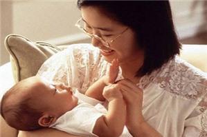 Buộc  lao động nữ nuôi con dưới 12 tháng tuổi nghỉ việc, đúng hay sai?
