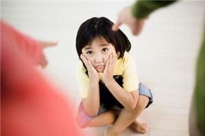 Ai có quyền yêu cầu Tòa án hạn chế quyền của cha mẹ?