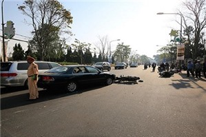 Người đi xe máy chết sau khi ngã cạnh xe ôtô, tài xế bị kết án oan?