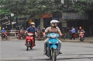 Không đội mũ bảo hiểm, công an xã được phạt không?