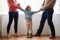 Quyền nuôi hai con sinh đôi thuộc về ai khi ly hôn?