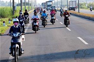 Xe máy vượt xe khác mà không có báo hiệu bị xử phạt hành chính thế nào?