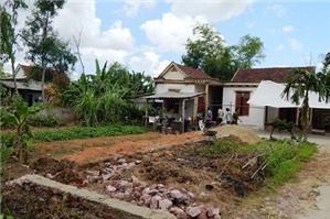 Nhà trong ngõ có được quyền đi nhờ qua vườn nhà hàng xóm không?